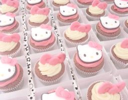 Hello Kitty Cupcakes by Beccaxz