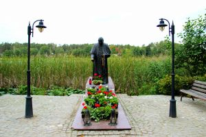Pope Paul II statue in Poland by Lazysnow