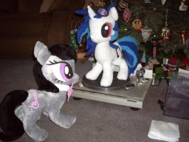 Vinyl's Hearth's Warming present by SniperTeam4