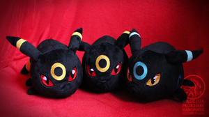 Umbreon polochon-style custom plush by Peluchiere
