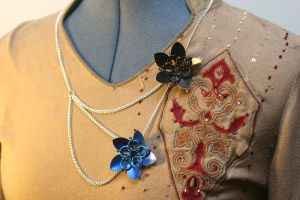Black and Blue Scalemaille Flowers Necklace by Versalla