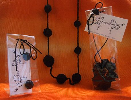Black Necklace and Earrings by Amigurumiando