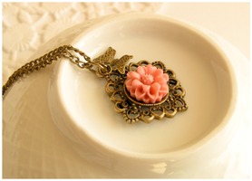 Sunray kissed flower necklace by Leviana