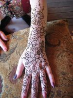 Henna Tattooing My Hand by Dygyt-Alice