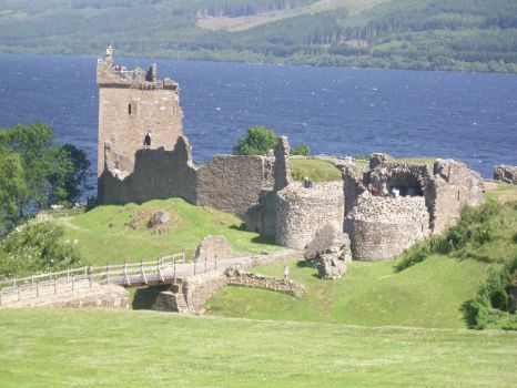 Urquhart Castle at Loch Ness by MssTorment