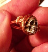 Pewter skull ring, another view by artefaccio