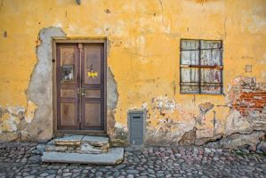 A house in bad shape in Old Tallinn by attomanen