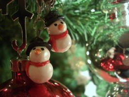Mini snowman earrings by estranged-illusions