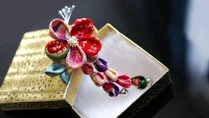Red Candy. Small is cute! (Tsumami Kanzashi) by hanatsukuri