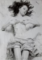 Woman on bed by Tomiesio