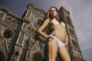 Giantess in Florence by Accasbel