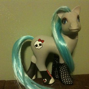 Monster High: Ghoulia Yelps custom pony by ReylPonies
