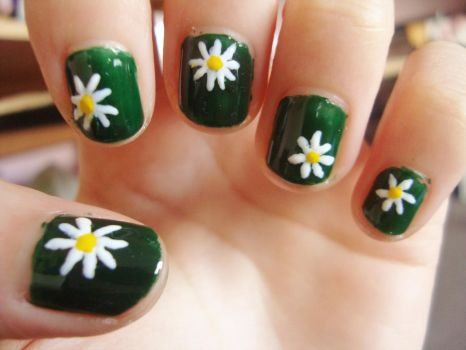 Daisy flower nails by luminousleopard