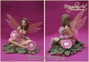 Figurines: Chain of Daisies by MarjoleinART