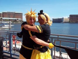 Rin and Len Kagamine 8 ~ Metrocon 2012 by DespicablyAwesome