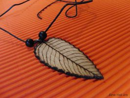 wooden leaf pendant by EerinVink