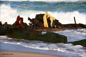 Wreck on the sand by Patguli