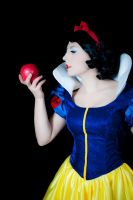 Snow White and the Apple by NadiaSK