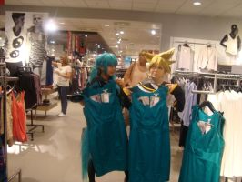 Shoping in vockaloid cosplay, not strange at all by Nippip