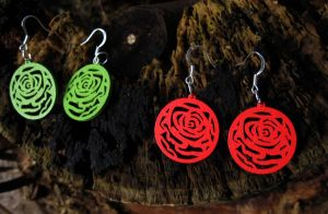 Red and green wooden earrings by StregattaPuponzi