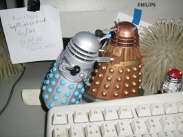 Kissing Daleks by 1010100100101
