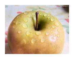 Water drops on the apple by FrancescaDelfino