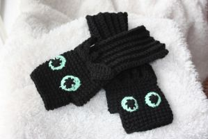 Toothless Fingerless Gloves by rdekroon