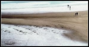 Figures on the beach by kanes